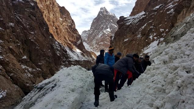Chadar-Trek-Zanskar-Clearing-Avlanche